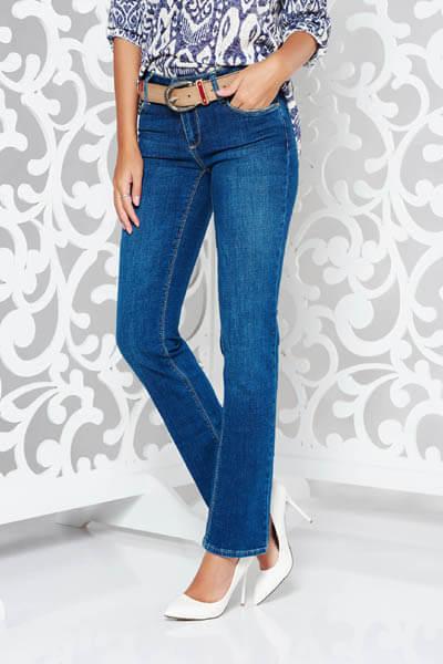 Blugi albastri-inchis clasici cu un croi drept din bumbac elastic cu talie medie si accesoriu tip curea