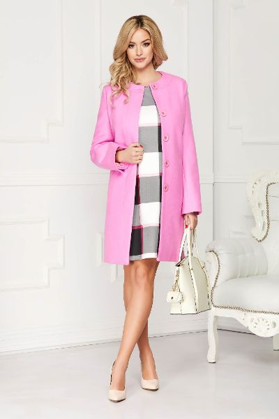 Pardesiu roz elegant scurt din lana cu un croi drept si buzunare